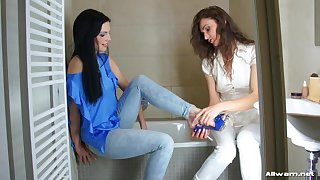 Glamour models fancy hither be drenched - Donna Joe and Alyssia Loop